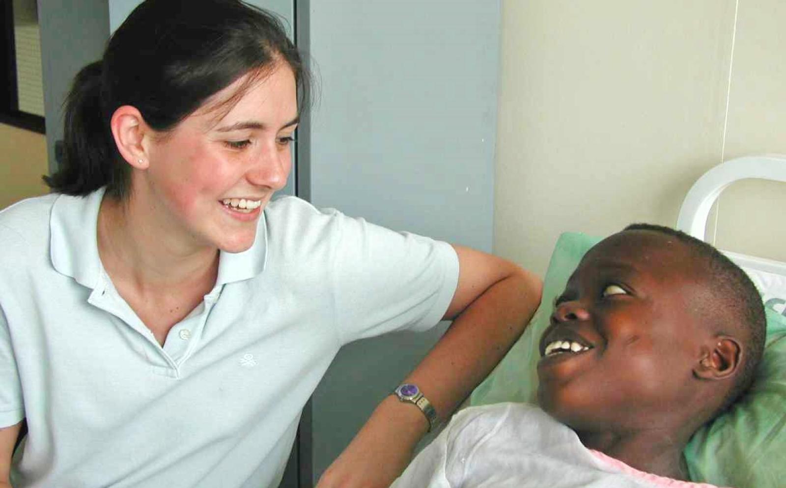 理学療法インターンとガーナの小児患者